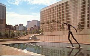 фото памятник - человек бросающий накидку