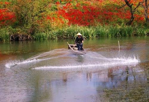 рыбак с кастинговой сетью в райском месте