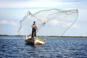 заброс кастиноговой сети с носа лодки