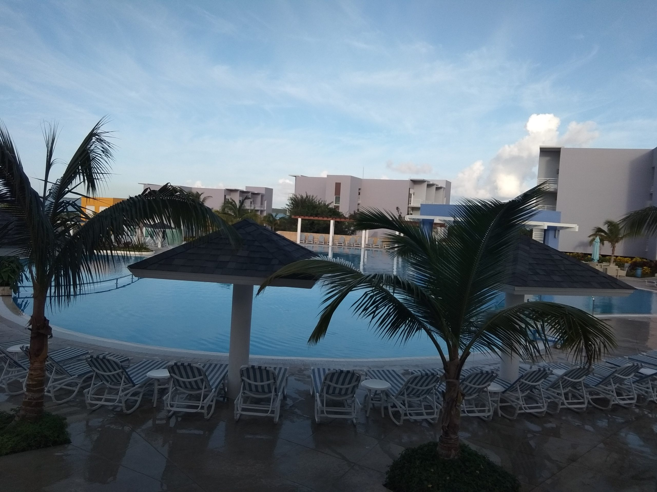 бассейн при отеле серготель
