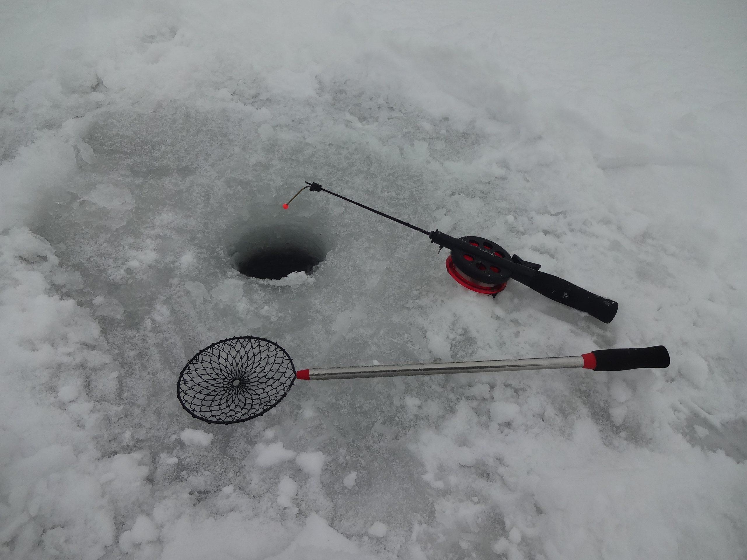 зимняя рыбалка удочка и шумовка на льду